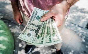 firmy pożyczają pieniądze, by utrzymać się na rynku